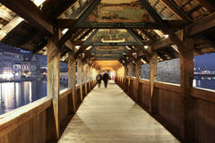 El puente de Spreuer es un de madera viejo, cubierto con las pinturas antiguas debajo de su tejado Foto de archivo libre de regalías