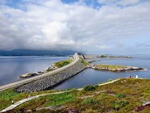 El puente de Storseisundet en el camino atlántico Foto de archivo