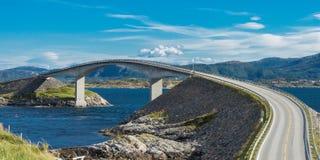 El puente de Storseisundet en el camino de Océano Atlántico en Noruega fotografía de archivo libre de regalías