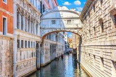 El puente de suspiros sobre el canal de Venecia, Italia imágenes de archivo libres de regalías