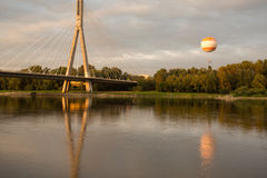 El puente de Swietokrzyski sobre el río Vistula en Varsovia Fotos de archivo libres de regalías