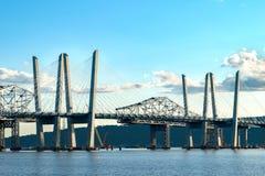 El puente de Tappan Zee que atravesaba a Hudson River en un día soleado hermoso, primer tiró, Tarrytown, en el norte del estado N fotografía de archivo