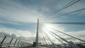 El puente de travesía de Queensferry cerca del brazo de mar de adelante aúlla, Escocia, Reino Unido almacen de metraje de vídeo