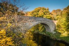El puente de Twizel atraviesa el río hasta foto de archivo