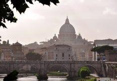 El puente de Vittorio Emanuele II con la bóveda de la basílica de San Pedro en el fondo foto de archivo
