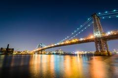 El puente de Williamsburg en la noche, vista del parque de East River, adentro fotos de archivo