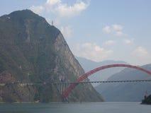El puente de Wushan el río Yangzi en el Three Gorges de Chongqing en China foto de archivo