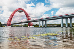 El puente de Zhivopisny es el puente cable-permanecido que atraviesa Moscú Rive Fotos de archivo libres de regalías