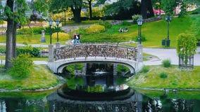El puente del amor con las cerraduras en el parque de Vermansky de Riga, Letonia metrajes