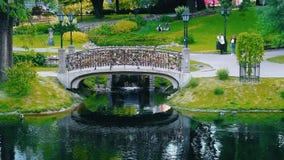 El puente del amor con las cerraduras en el parque de Vermansky de Riga, Letonia almacen de video