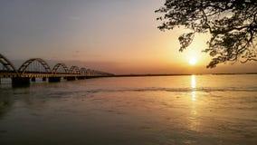 El puente del arco en la puesta del sol Imagen de archivo libre de regalías
