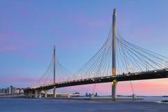 El puente del camino de la carretera del c?rculo sobre el r?o de Neva cerca de la boca de ella sobre la hora azul despu?s de la p fotografía de archivo libre de regalías