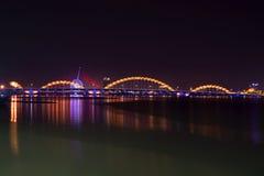 El puente del dragón en el río Han en la iluminación de la noche Da Nang, Vietnam Foto de archivo libre de regalías
