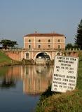 El puente del edificio reflejó en el río Brenta, Venecia, Italia Fotos de archivo