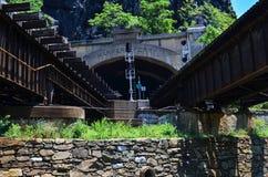 El puente del ferrocarril de B&O en el transbordador Virginia Occidental de los Harpers permite el pasajero y el tráfico del tren imagen de archivo