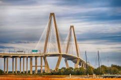El puente del Jr Tienda un puente sobre que conecta Charleston con el soporte imagen de archivo libre de regalías
