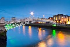 El puente del medio penique en Dublín foto de archivo libre de regalías