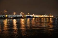 El puente del palacio en St Petersburg Fotos de archivo libres de regalías