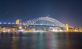 El puente del puerto se enciende para arriba en el festival vivo de Sydney en Sydney, Nuevo Gales del Sur, Australia Fotografía de archivo