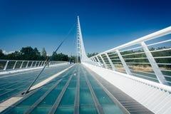 El puente del reloj de sol, en Redding, California Imagenes de archivo