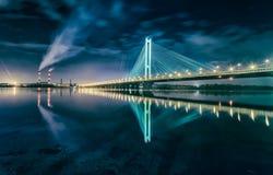 El puente del sur en la noche, Kiev, Ucrania Puente en la puesta del sol a través del río de Dnieper Puente de Kiev contra el con Foto de archivo