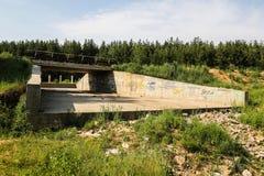 El puente en el camino Fotos de archivo libres de regalías