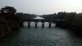 El puente en el canal del río Godavari Imagen de archivo libre de regalías