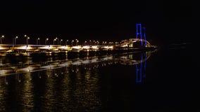 El puente en el crepúsculo, Surabaya, Indonesia de Suramadu Son las cuerdas imágenes de archivo libres de regalías