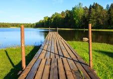 El puente en el lago Foto de archivo