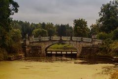 El puente en el parque Fotos de archivo libres de regalías