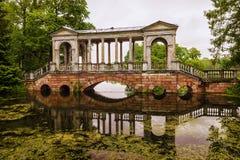 El puente en el parque de Tsarskoye Selo St Petersburg, Rusia Imagen de archivo libre de regalías
