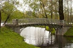 El puente en el parque del palacio Imagen de archivo
