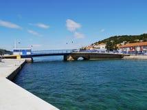 El puente en el pueblo Tisno en Croacia fotografía de archivo