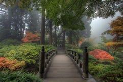 El puente en jardín japonés Foto de archivo