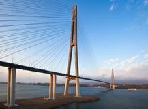 El puente en la isla rusa en la puesta del sol Imágenes de archivo libres de regalías