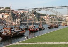 El puente en Oporto, Portugal, sobre el río del Duero imagen de archivo libre de regalías