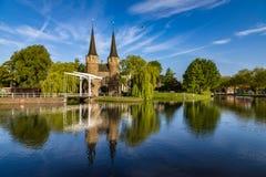 El puente es parte del Oospoort 1514 y usada para cerrar la puerta Canal holandés Fotos de archivo libres de regalías