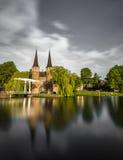 El puente es parte del Oospoort 1514 y usada para cerrar la puerta Canal holandés Foto de archivo libre de regalías