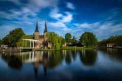 El puente es parte del Oospoort 1514 y usada para cerrar la puerta Canal holandés Foto de archivo