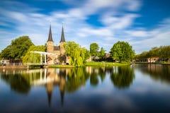 El puente es parte del Oospoort 1514 y usada para cerrar la puerta Canal holandés Imagen de archivo libre de regalías