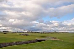 El puente famoso de Swilcan en viejo curso del St Andrews Fotos de archivo