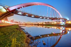 El puente famoso del arco iris sobre el río de Keelung con reflexiones en el agua lisa en la oscuridad en Taipei, Taiwán Asia Imágenes de archivo libres de regalías