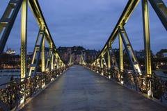 El puente famoso en Francfort con muchas cerraduras, tiro en la oscuridad fotografía de archivo libre de regalías