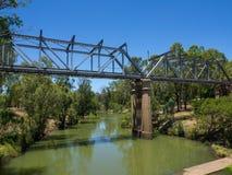 El puente ferroviario de acero a través del pequeño lago en la esmeralda, Queensland, Australia fotos de archivo