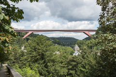 El puente G.D. Charlotte sobre el río Alzette Imagen de archivo