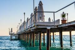 El puente hermoso y un mar pesado en el día de verano soleado Imágenes de archivo libres de regalías