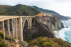 El puente histórico de Bixby.  Carretera California de la Costa del Pacífico Foto de archivo