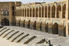El puente histórico de Khaju sobre el río de Zayandeh en Isfahán, imagen de archivo libre de regalías