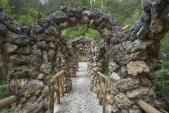 El puente inusual de Antoni Gaudi en los jardines de Artigas Fotos de archivo libres de regalías
