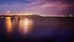 El puente lleva a la isla del sur del capellán, Tejas en la puesta del sol Imagen de archivo